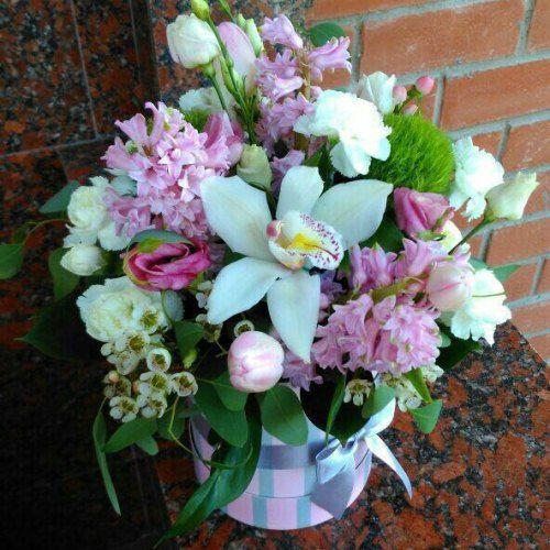 №49 букет в шляпной коробке с гиацинтами и орхидеями
