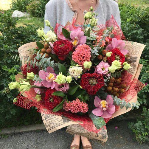№140  букет с экзотическими розами и целозией