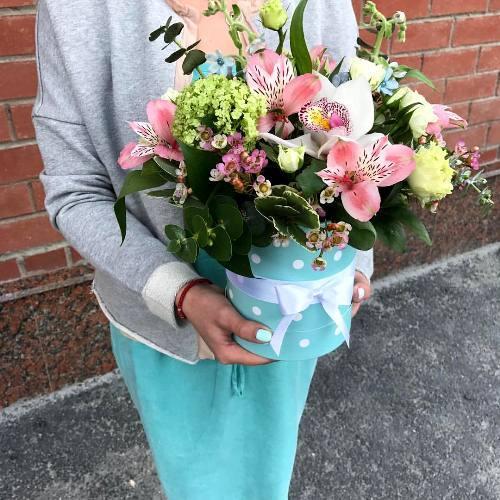 №258 букет в шляпной коробке-комплимент  с орхидеями