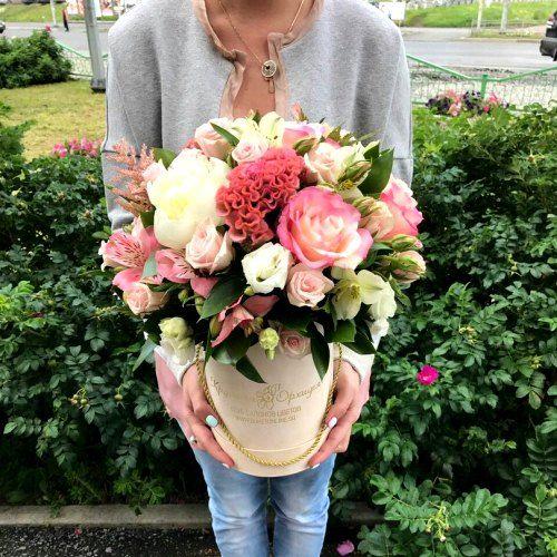 № 582 букет в шляпной коробке с розами и пионами