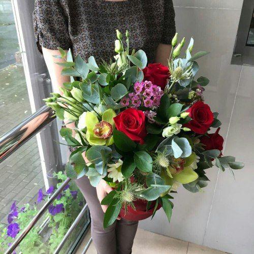 №303 букет в шляпной коробке с розами и орхидеями