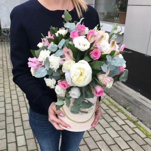 № 551  шляпная коробка с розами и эустомой