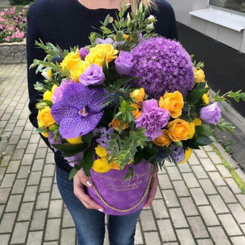 № 549  букет в шляпной коробке с орхидеями