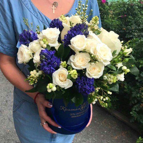 № 546  букет в шляпной коробке с розами и гиацинтами