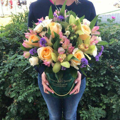 № 543 букет в шляпной коробке из роз и орхидей
