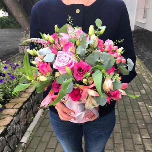 № 542 букет в шляпной коробке с розами и эустомой