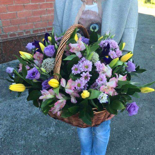 №387 корзина с тюльпанами и эустомой