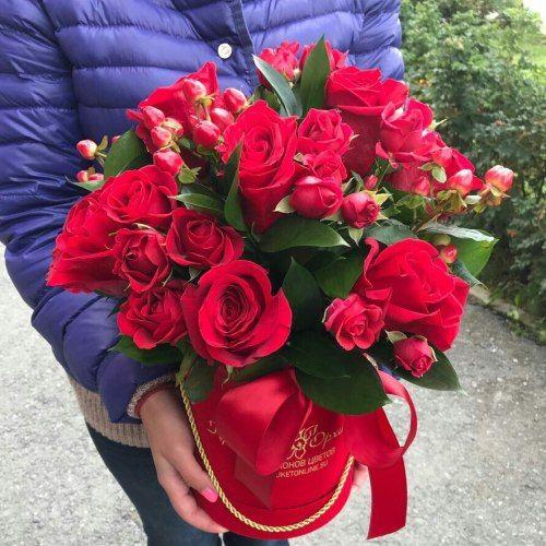 № 534 , букет в шляпной коробке с розами