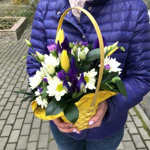 № 437 корзинка с тюльпанами и ирисами