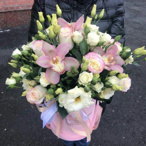 № 516 букет в шляпной коробке с розами и орхидеями