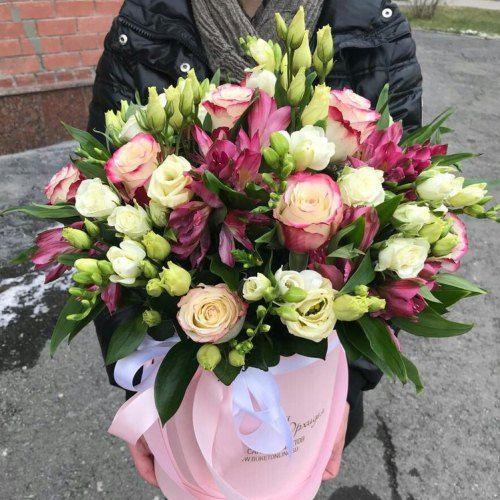 № 514 букет в шляпной коробке с розами и эустомой