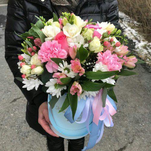 № 513 букет в шляпной коробке с розами и фрезиями