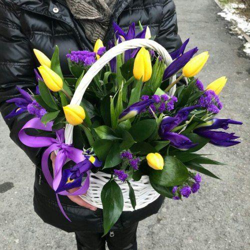 № 473 корзина с тюльпанами и  ирисами