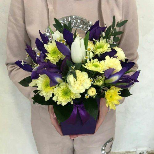 № 496 композиция в коробочке с ирисами и тюльпанами