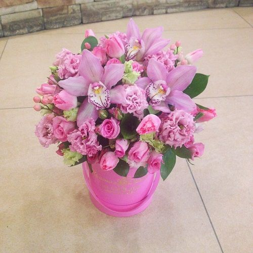 №162 букет в шляпной коробке с орхидеями и розой