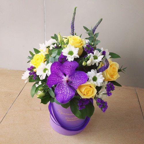 №132 букет в шляпной коробке с орхидеей