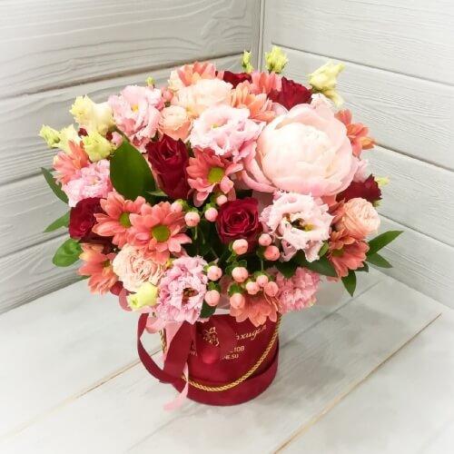 № 203 букет в шляпной коробке с пионом и розами