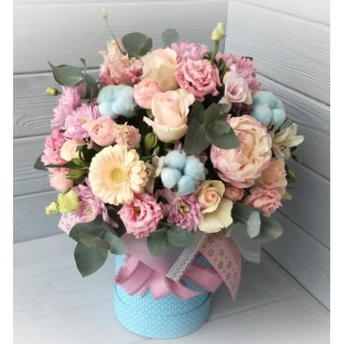 № 202 букет в шляпной коробке с герберами,розами и пионом