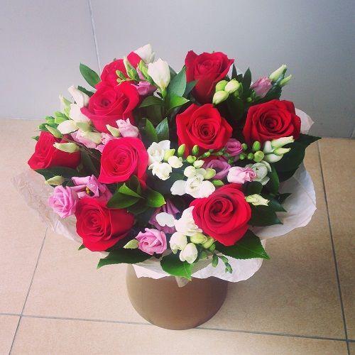 №76 букет с розами и фрезией