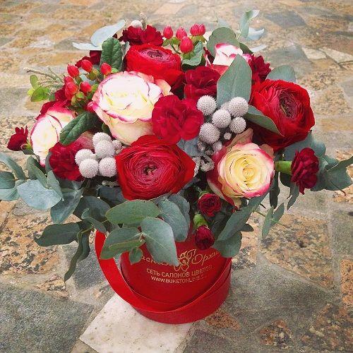 №136 букет в шляпной коробке с розами