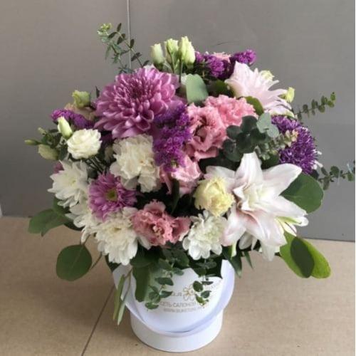 №24 букет в шляпной коробке с лилией, хризантемой и эустомой