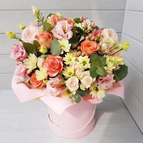 № 144 букет в шляпной коробке с лютиками и розами