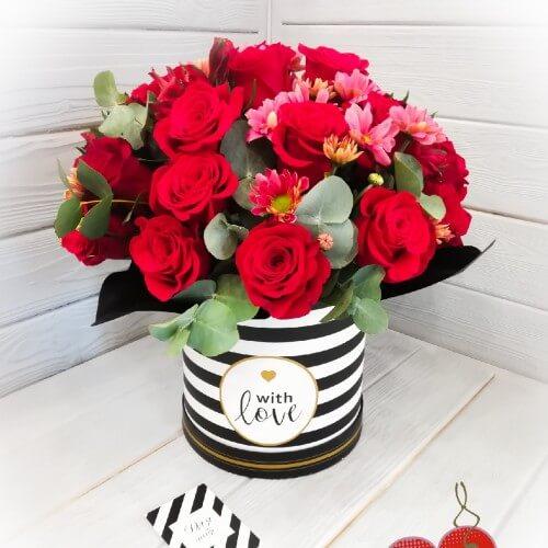 № 131 букет в шляпной коробке с розами