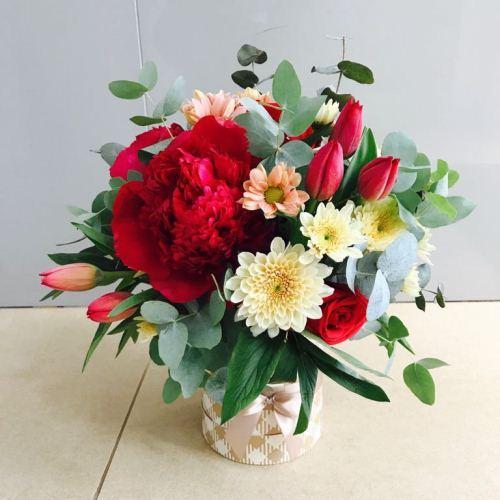 №241букет в шляпной коробке с пионами и тюльпанами