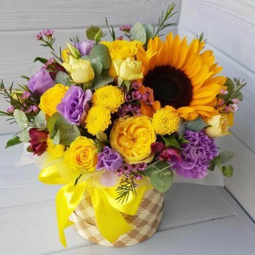 № 435 букет в шляпной коробке с подсолнухом и розами