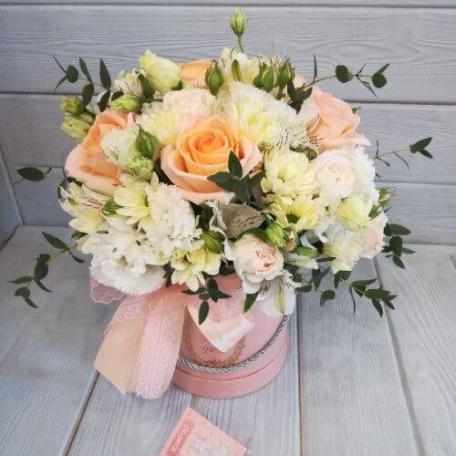 № 439 букет в шляпной коробке с розами и эустомой