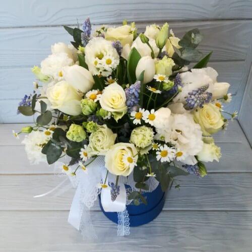 № 470 букет в шляпной коробке с розами, тюльпанами и ромашкой