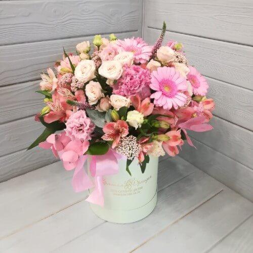 № 499 букет в шляпной коробке с герберами, эустомой, розой кустовой