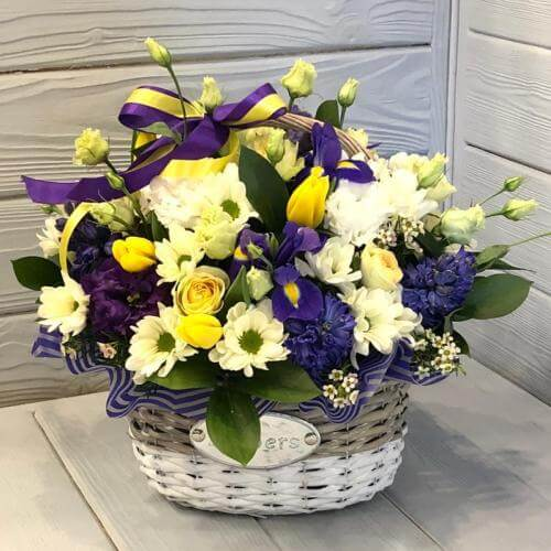 № 570 корзина с ирисами, тюльпанами и гиацинтами