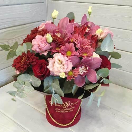 № 672 букет в шляпной коробке с розами и орхидеей