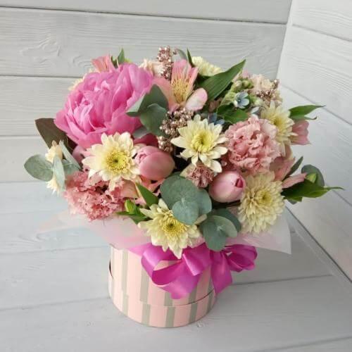 № 413 букет в шляпной коробке с тюльпанами и пионом