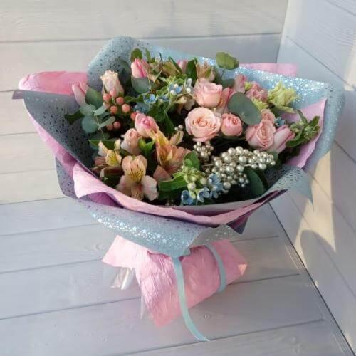 № 674 букет с розами,тюльпанами и твидией