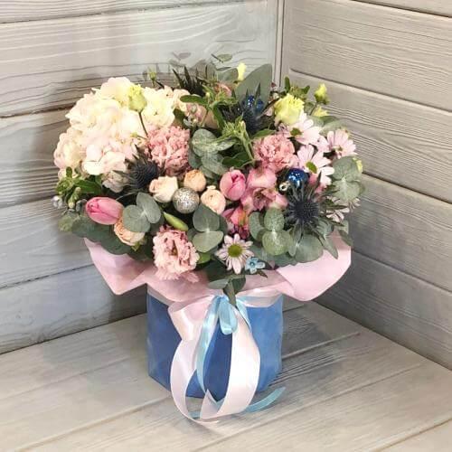 № 679 букет в шляпной коробке с гортензией и тюльпанами