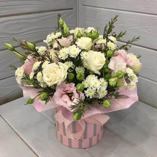 № 399 букет в шляпной коробке с розами и эустомой