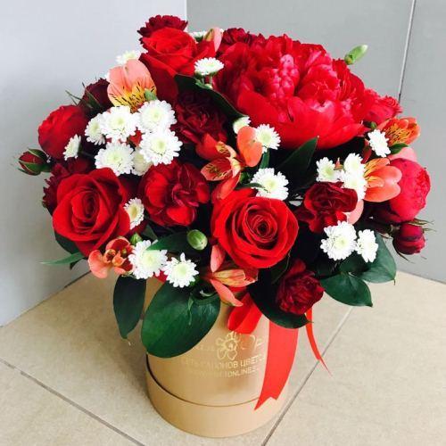 №229 букет с пионами и розами в шляпной коробке