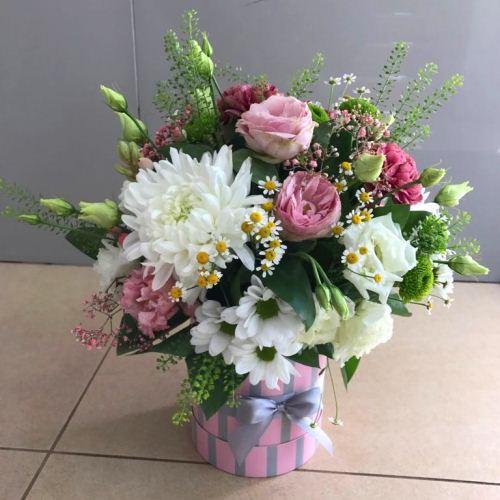 №242 букет в шляпной коробке с эустомой и хризантемой
