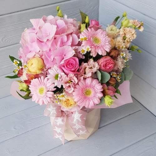 № 377 букет в шляпной коробке с гортензией, розами, герберами, эустомой