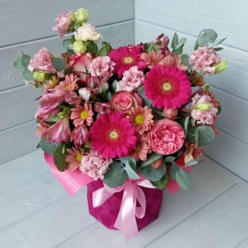 № 558 букет в шляпной коробке с герберами, эустомой, розой