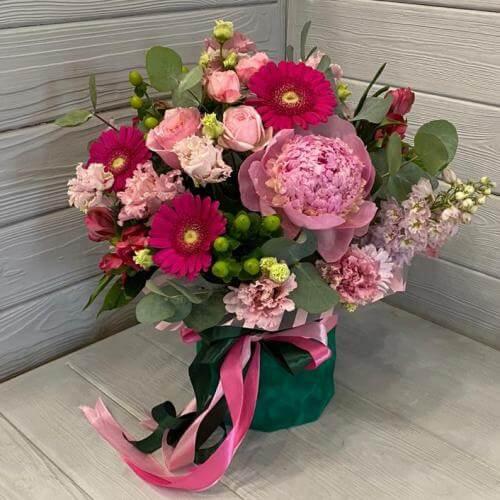 № 613 букет в шляпной коробке с герберами, пионами, розами