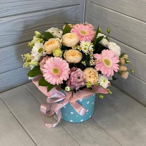 № 627 букет в шляпной коробке с герберами, розами, эустомой