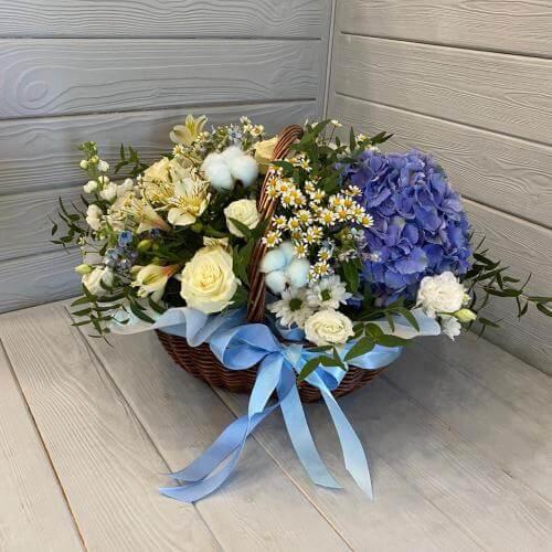 № 564 корзина с гортензией, розами и ромашкой