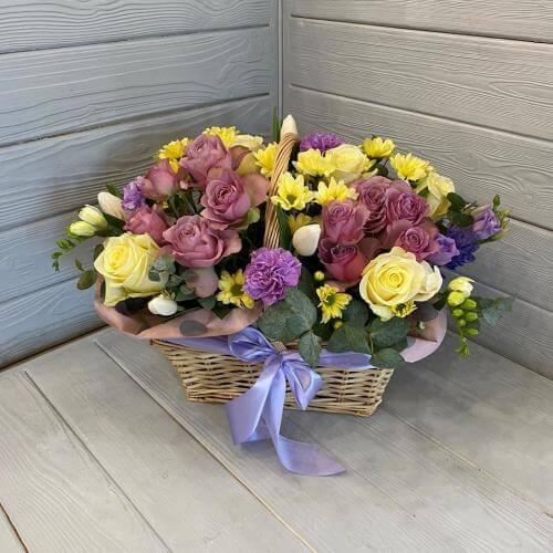 № 506 корзина с розами и тюльпанами