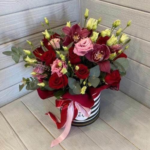 № 110 букет в шляпной коробке с розами и эустомой