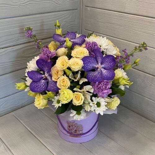№ 358 букет в шляпной коробке с орхидеей