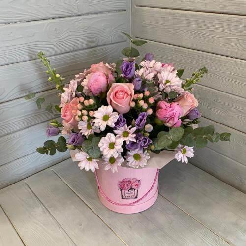 № 363 букет в шляпной коробке с розами, пионами и эустомой