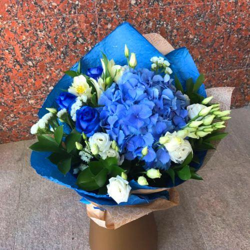 №064 букет с гортензией и синими розами